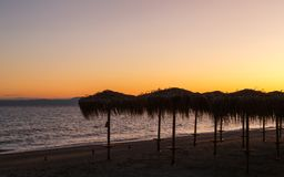 Incontrarsi un nuovo giorno all'alba sulla riva di un mare calmo nella sabbia Fotografia Stock Libera da Diritti