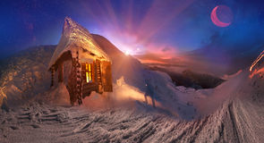 Incontri felice le vacanze invernali nelle montagne Fotografie Stock