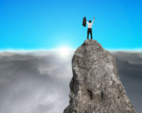 Incoraggiando sopra la collina rocciosa con alba Fotografie Stock