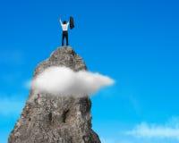 Incoraggiando sopra la montagna rocciosa con cielo blu Fotografia Stock