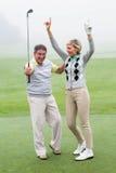 Incoraggiare golfing emozionante delle coppie Fotografie Stock