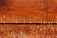 Incorniciatura di legno, fine su Resina gialla sul bordo di legno fotografia stock libera da diritti