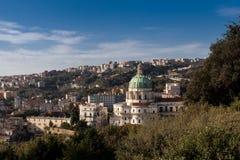 ` Incoronat för dell för basilika för Italien CampaniaNaples Capodimonte skog Arkivfoto