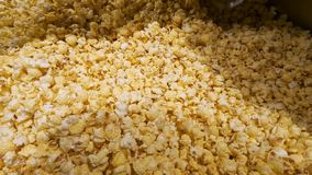 Incorporare una massa di popcorn arrostito fresco archivi video