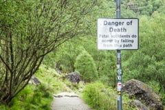 Incrédulo do Loch, Argyll, Escócia - 19 de maio de 2017: Assine o aviso do perigo da morte pelos acidentes fatais devido à queda  Fotos de Stock Royalty Free