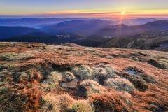 Incredibly härlig morgon av en dimmig höstgryning i bergdroppen arkivfoton