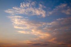 Incredibly härlig solnedgång, moln på solnedgången, färgrik solnedgång Royaltyfria Bilder