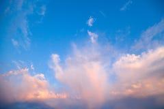 Incredibly härlig solnedgång, moln på solnedgången, färgrik solnedgång Royaltyfri Bild