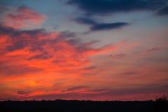 Incredibly härlig solnedgång, moln på solnedgången, färgrik solnedgång Arkivbild