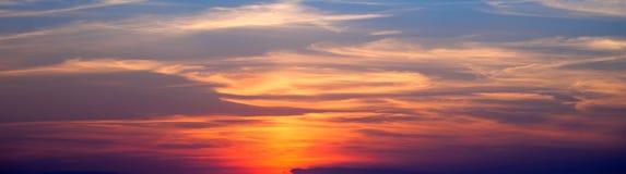 Incredibly härlig solnedgång, moln på solnedgången, färgrik solnedgång Arkivbilder