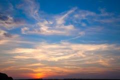 Incredibly härlig solnedgång, moln på solnedgången, färgrik solnedgång Royaltyfri Foto