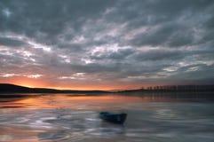 Incredibly härlig solnedgång Sol sjö Solnedgång eller soluppgånglandskap, panorama av den härliga naturen Fantastiska färgrika mo royaltyfri bild