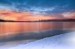 Incredibly härlig solnedgång Sol sjö Solnedgång eller soluppgånglandskap, panorama av den härliga naturen Fantastiska färgrika mo royaltyfria bilder