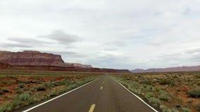 Incredibly härligt vårlandskap i Utah Väg som kör POV För vädervatten för geologiskt bildande erosion Natur
