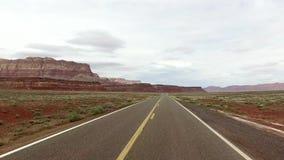 Incredibly härligt vårlandskap i Utah Väg som kör POV För vädervatten för geologiskt bildande erosion Natur stock video