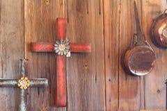 Incroci di legno del fondo e vasi di rame fotografia stock