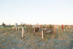 Incroci e lapidi su un cimitero Immagini Stock