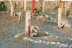 Incroci e lapidi su un cimitero Immagine Stock Libera da Diritti