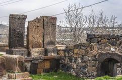 Incroci e tombe di pietra dei san, alla vecchia entrata al territorio della chiesa medievale Karmravor nella città di Ashtarak Fotografia Stock