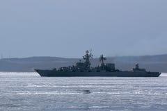 Incrociatore russo del missile nel mare congelato fotografie stock libere da diritti