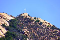 Incrocio bianco che trascura la montagna fotografie stock libere da diritti