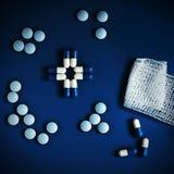 Incrocio blu fatto delle pillole Fotografia Stock Libera da Diritti