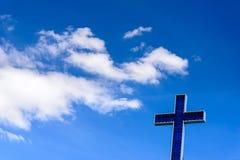 Incrocio blu su chiaro cielo blu immagini stock libere da diritti