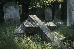 Incrocio caduto nel cimitero fotografia stock