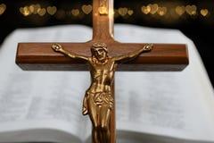 Incrocio con il corpo di Gesù davanti ai cuori confusi aperti dell'oro e di Bibe fotografia stock