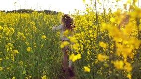 Incrocio corrente della ragazza il campo al tramonto Movimento lento stock footage