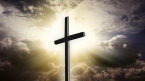 Incrocio cristiano nel cielo Cielo scuro con il sole Raggi di Dio Immagini Stock Libere da Diritti