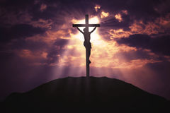 Incrocio cristiano sulla collina ad alba Fotografia Stock Libera da Diritti