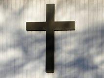Incrocio cristiano sulla parete dell'esterno della chiesa fotografia stock libera da diritti