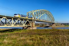 Incrocio d'accelerazione del treno il Reno fotografie stock libere da diritti