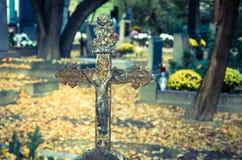 Incrocio del ferro in cimitero Fotografia Stock