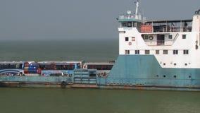 Incrocio del traghetto di Daulatdia il fiume di Padma a Chhota Dhulandi, Bangladesh video d archivio