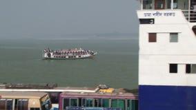Incrocio del traghetto di Daulatdia il fiume di Padma a Chhota Dhulandi, Bangladesh stock footage