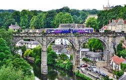 Incrocio del treno di ponte del fiume di Knaresborough Fotografia Stock Libera da Diritti