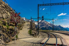 Incrocio del treno sul passaggio di Bernina nelle alpi svizzere - 2 Immagini Stock Libere da Diritti