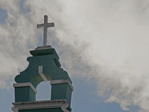 Incrocio della chiesa contro un cielo blu Immagini Stock