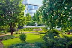 Incrocio della pietra e del giardino vicino al convento di Marfo-Mariinsky Mosca, Russia Fotografie Stock