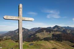 Incrocio della sommità davanti a panorama delle alpi europee Immagine Stock