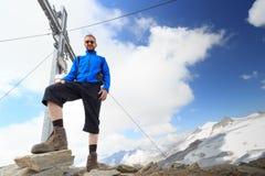 Incrocio della sommità e alpinista del maschio sulla montagna Weissspitze con panorama del ghiacciaio di Grossvenediger nelle alp Fotografia Stock Libera da Diritti