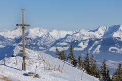 Incrocio della sommità nell'inverno con la prospettiva ad una catena montuosa Fotografia Stock
