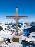 Incrocio della sommità su Zwolferkogel Stazione sciistica alpina Saalbach Hinterglemm, alpi austriache di inverno Immagini Stock
