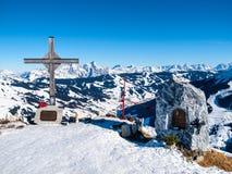 Incrocio della sommità su Zwolferkogel Stazione sciistica alpina Saalbach Hinterglemm, alpi austriache di inverno Immagine Stock Libera da Diritti