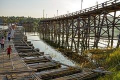 Incrocio di bambù del ponte di uso del ragazzo fotografia stock