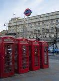 Incrocio di carbonizzazione vicino delle cabine telefoniche rosse, Londra Fotografie Stock Libere da Diritti