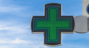 Incrocio di elettronica della farmacia su cielo blu fotografia stock libera da diritti