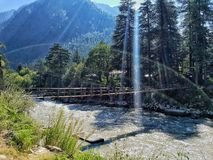 Incrocio di fiume di Parvati vicino a Kasol Fotografia Stock